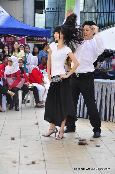 Persembahan menari sambil potong rambut