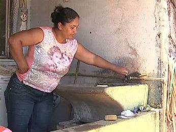 Andrea Mello fica sem água diariamente do meio dia até a madrugada, em Jaguariaíva (Foto: Reprodução/RPC TV)