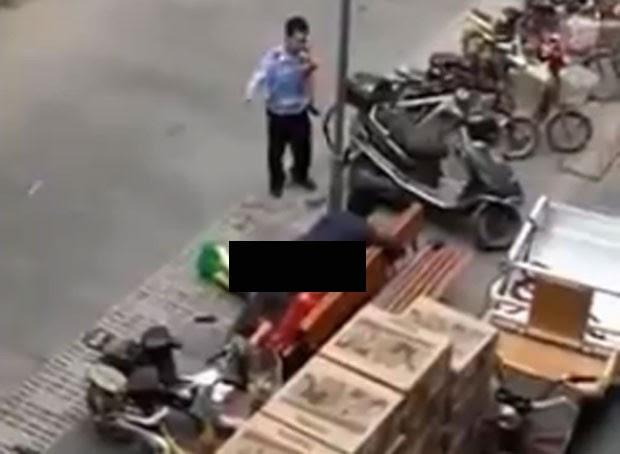 Casal foi flagradol fazendo sexo em banco na calçada em Bengbu (Foto: Reprodução/LiveLeak/Lake8737)