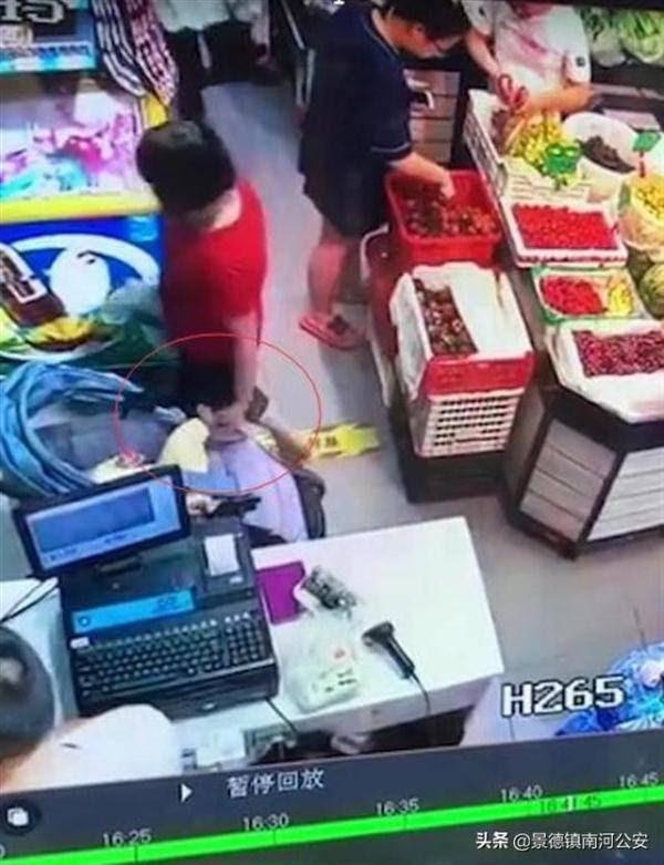 Bé gái 4 tháng tuổi gặp tại nạn trong siêu thị, bị bà cô cấu thủng chân vì dám chặn đường