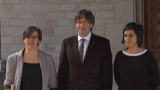 Puigdemont amb les diputades Mireia Boya i Anna Gabriel al Palau de la Generalitat