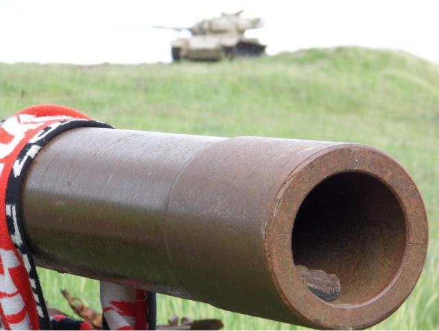 """עמק הבכא. טנק סורי שנכבש ע""""י הפועל ר""""ג, כשברקע טנק ישראלי. שניהם ממלחמת יוכ""""פ"""