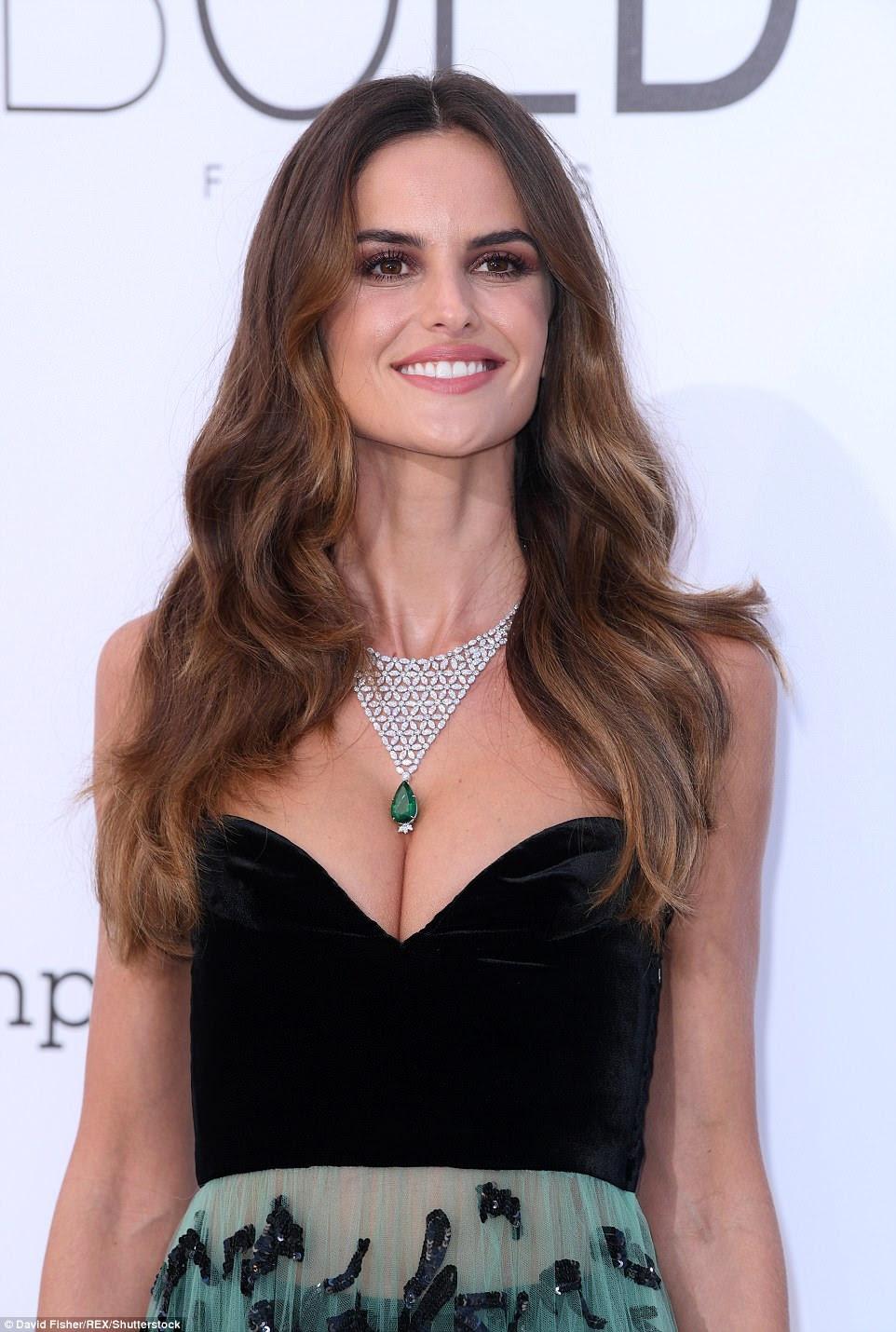 A rainha da passarela acrescentou mais um toque de glamour com um colar de prata com detalhes em esmeralda verde, o que complementou seu brilho