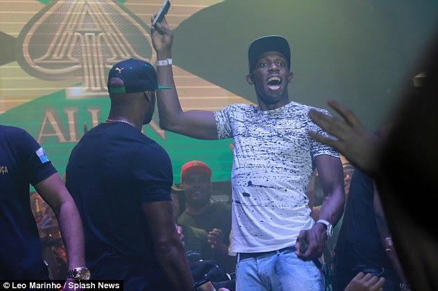 Fun: O jamaicano, que estava comemorando seu aniversário de 30 anos, empolgou a multidão dentro do clube Rio por MCing por trás dos decks