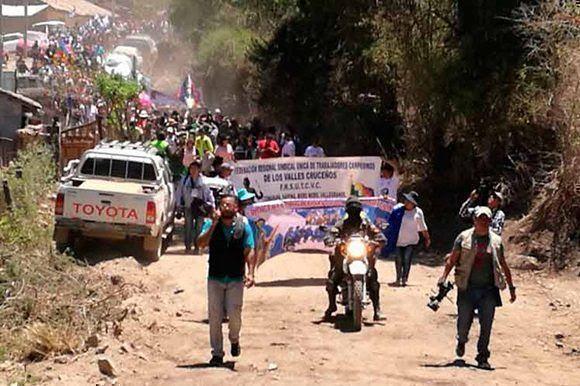 Caminata en Bolivia como homenaje al Che en el 50 aniversario de su caída en combate. Foto: PL.