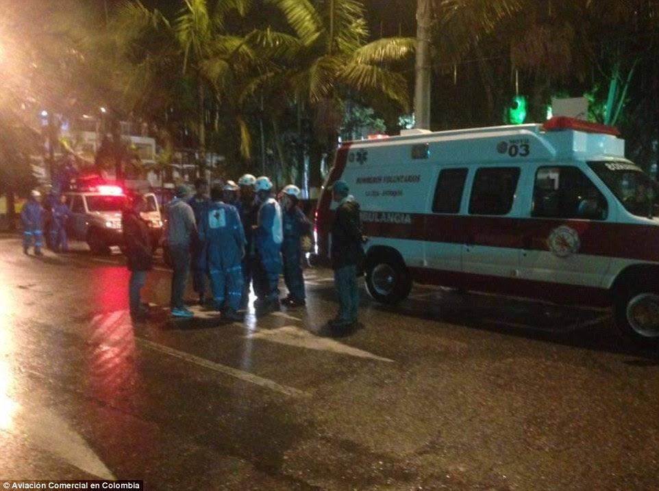 Ambulâncias transportando sobreviventes ao hospital só pode chegar dentro de 30 minutos a pé do local onde o avião caiu perto da cidade de La Unión, emergiu