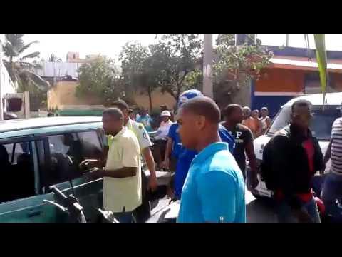 Agente de Amet y chofer de jeep peleando a los puñetazos