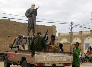 Nesta foto de 31 de agosto, membros do grupo armado de extremistas islâmicos  Ansar Dine em Timbuktu (Foto: Arquivo/AP)
