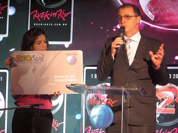 Roberta Medina, vice-presidente executiva do Rock in Rio, e Edmundo Fornasari, diretor de Marketing e Comunicação da RioCard/Fertranspor, exibem o Rio Card que será vendido exclusivamente para o festival (Foto: Henrique Porto/G1)