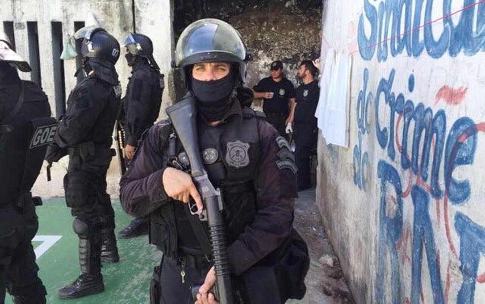 Colete faz parte do material dos agentes penitenciários do estado, mas estado só tem um para cada nove servidores (Foto: Sejuc/Divulgação)