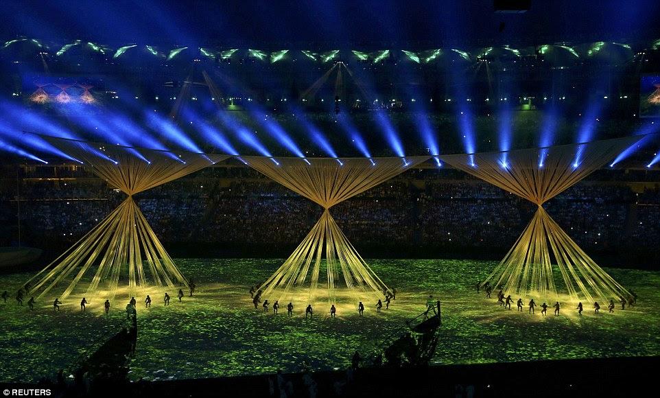 A maior parte do orçamento apertado para a cerimônia de Rio Olímpico tem sido gasto em um alarde de alta tecnologia para projeções de vídeo do show