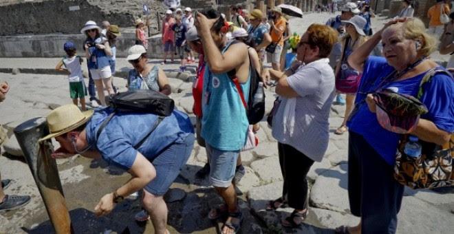 Turistas se refrescan en Pompeya (Italia)./ EFE