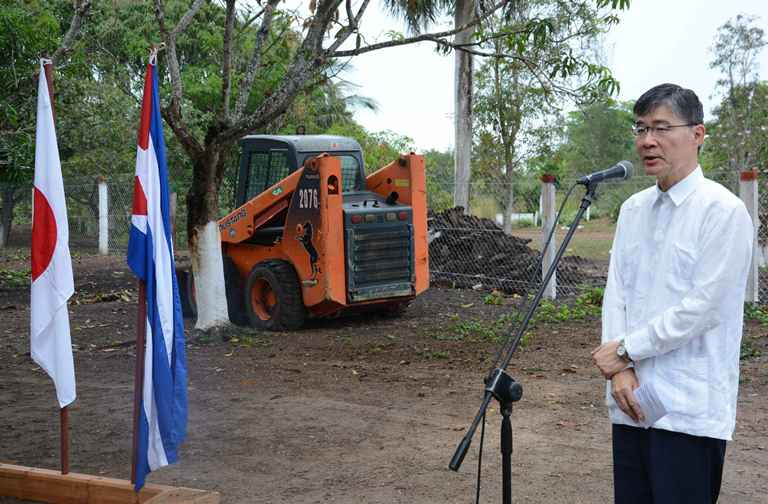 """: El excelentísimo señor Kazuhiro Fujimura -embajador de Japón en Cuba, dejó oficialmente inaugurado el   proyecto """"Apoyo al restablecimiento y desarrollo de la actividad pecuaria de Isla de la Juventud"""", que el gobierno japonés ofreció a la mayor de las Antillas como parte de la asistencia financiera no reembolsable con fines comunitarios de seguridad humana. Cuba, 10 de abril de 2019"""