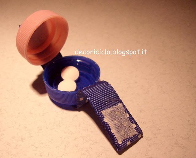 porta-pillole fatti con 2 tappi di plastica 4
