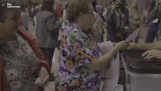 Una dona votant en una imatge del documental