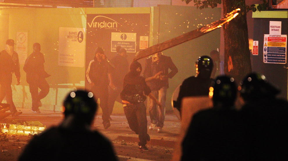 http://inapcache.boston.com/universal/site_graphics/blogs/bigpicture/london_riots/bp2.jpg
