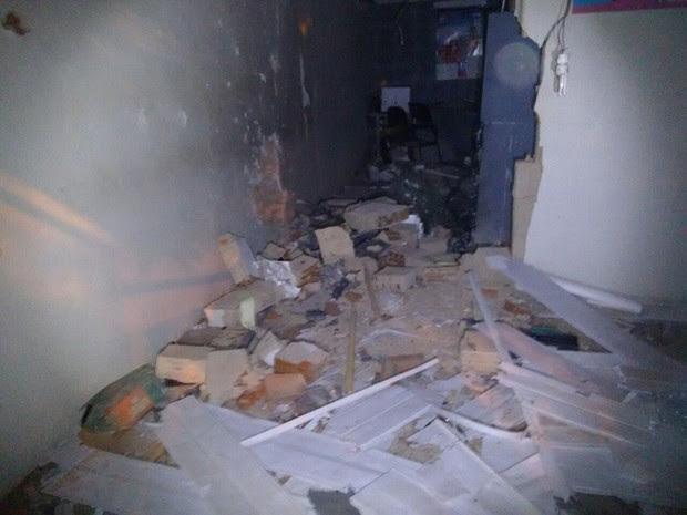Agência bancária ficou destruída com a explosão (Foto: Polícia Militar)