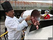 """Cocineros en Caracas preparan el """"megasancocho"""""""