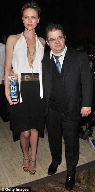 Ser minha data: Gary Oldman, com a esposa Alexandra Edenborough, foi homenageado com um prêmio de homenagem especial como foi Theron, foto à direita, com co-star Oswalt