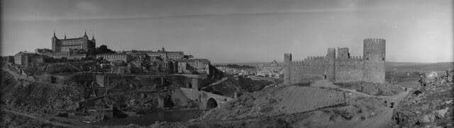 Panorámica de Toledo en 1921 desde las inmediaciones del Castillo de San Servando. Fotografía de José Regueira. Filmoteca de Castilla y León. RESEP-146