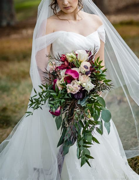 Bold Bridal Bouquet: How Much Does It Cost?   The
