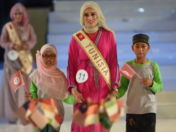 Vencedora do Miss Mundo Muçulmana, a tunisiana Fatma Ben Guefrache (Foto: Adek Berry/AFP)