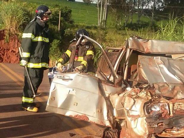 Carro ficou totalmente destruído (Foto: Adilson Baio/colaboração)