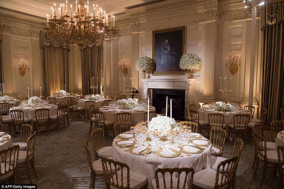 A primeira-dama usou porcelana de dois governos - Bill Clinton e George HW Bush - para criar um visual dourado para as mesas, que brilhavam sob a luz das velas.
