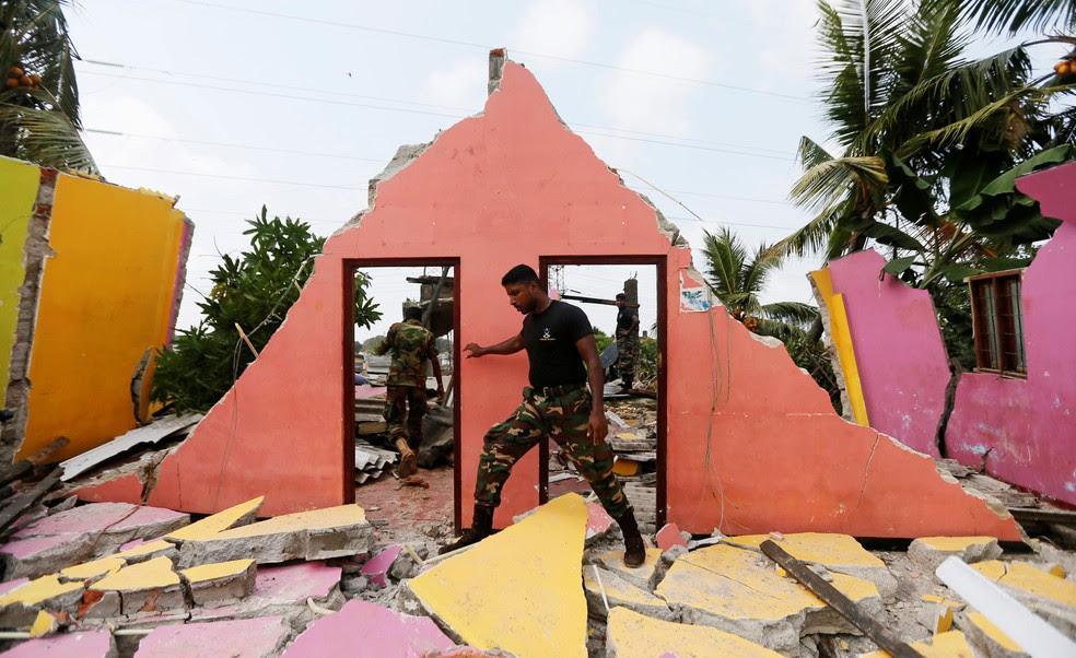 Um membro do exército inspeciona uma casa danificada durante uma missão de resgate depois que uma montanha de detritos desmoronou e enterrou dezenas de casas em Colombo, Sri Lanka (Foto: REUTERS/Dinuka Liyanawatte)