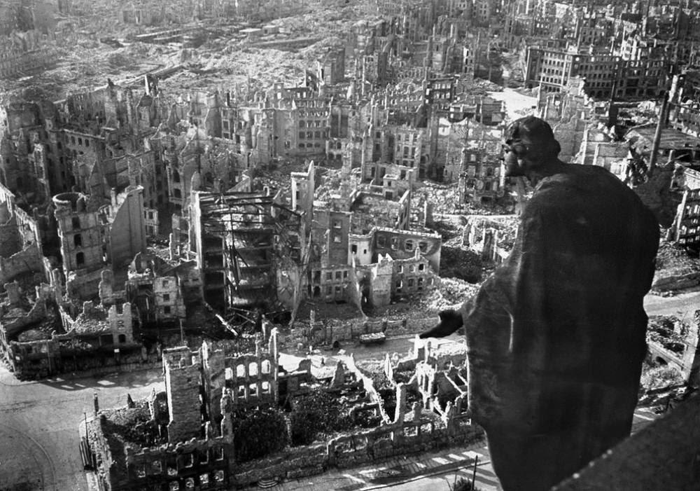 Τα συντρίμια της Δρέσδης μετά την καταστροφική βομβιστική επίθεση στο Β 'Παγκόσμιο Πόλεμο.
