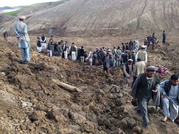 Afegãos procuram por sobreviventes do deslizamento em vilarejo (Foto: Ahmad Zubair/AP)