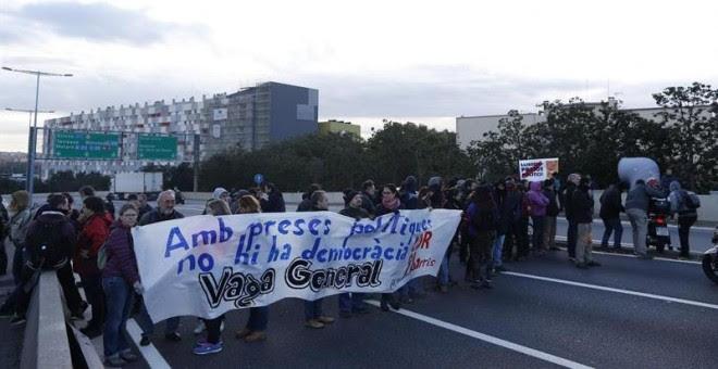 Manifestantes cortan el tráfico en el nudo de La Trinidad, en Barcelona. EFE/Alejandro García