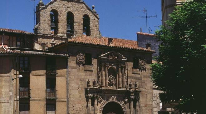 Vista parcial de la fachada de la Iglesia de San Martín. Salamanca © Turespaña
