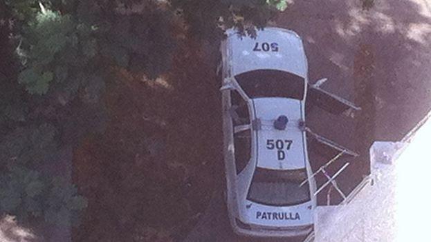 La patrulla policial en los bajos del edificio en el que residen Reinaldo Escobar y Yoani Sánchez. (14ymedio)