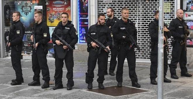 Policías vigilan en los alrededores del hotel Stachus tras el tiroteo registrado en un centro comercial en Múnich, Alemania hoy, 22 de julio de 2016. Varias personas han muerto y otras han resultado heridas hoy en un tiroteo registrado en un centro comerc