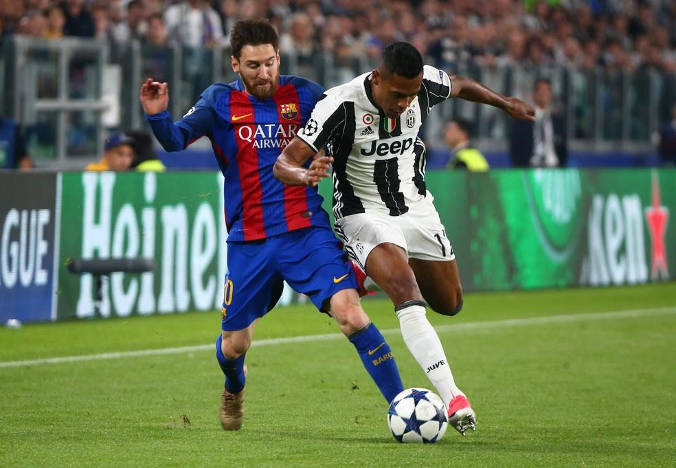 Alex Sandro teve grande atuação do lado esquerdo - e confrontou por vezes com Messi (Foto: Reuters)