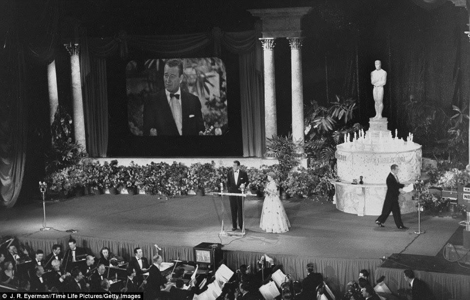 Todo o mundo é um palco: John Wayne aceita Oscar de Melhor Diretor para a ausência de John Ford a partir de Olivia DeHavilland no palco do anual apresentação Academy 25 Awards, a primeira vez que foi televisionado