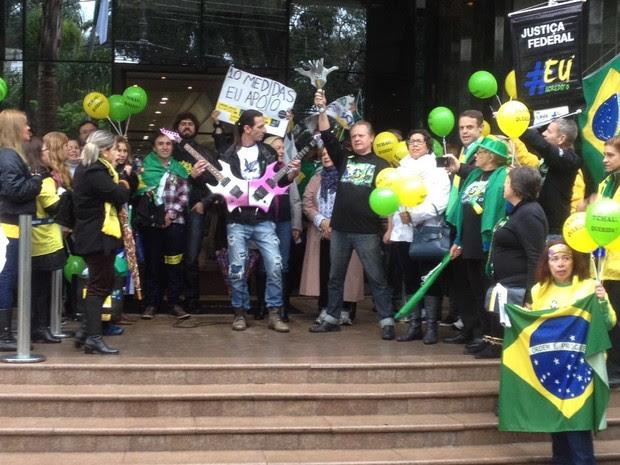 Manifestação foi realizada em frente à Justiça Federal de Curitiba (Foto: Paola Manfroi / RPC)
