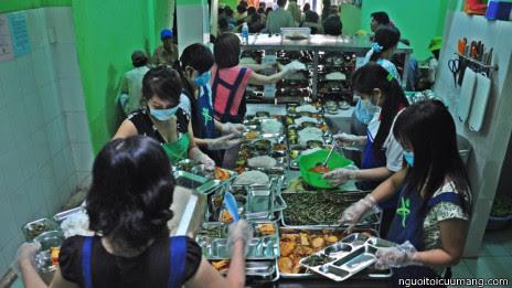 Nhân viên phục vụ trong quán cơm 2000 đồng của Người tôi cưu mang