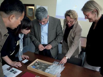 阮文盟擔任黃金博物館「2012德國當代 金工大展」策展人,時任館長蔡宗雄及組員 於開展前赴德國金工學校拜訪。