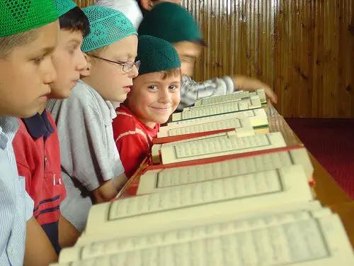 Sebaik-baik orang di antara kalian adalah yang mempelajari al Quran dan mengajarkannya.