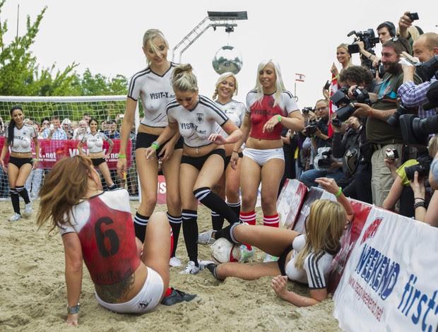 Atrizes jogam futebol na Alemanha (Foto: Reuters)