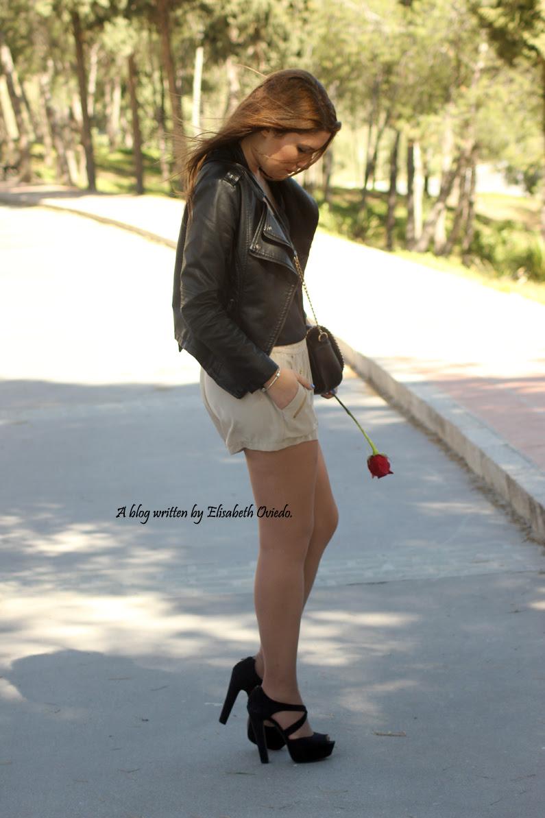 chaqueta-de-cuero-negra-y-shorts-camel-HEELSANDROSES-Vesania-moda-(6)