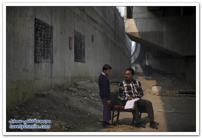 أطفال الفقراء في الهند يدرسون تحت جسر الميترو