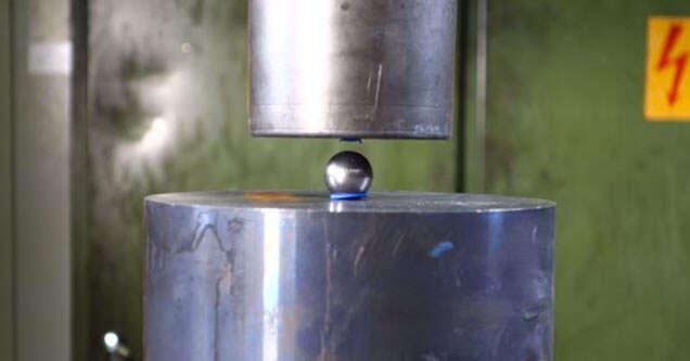 Veja o que acontece com moedas, porca e esfera ao serem colocadas em prensa hidráulica
