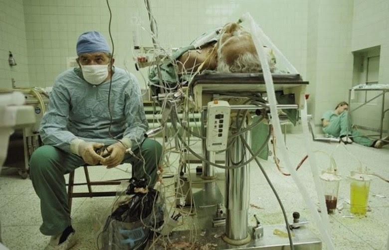 Em 1987, o doutor Religa ainda monitora os sinais vitais de seu paciente mesmo depois de 23 horas de cirurgia. Seu assistente, já exausto, dormiu no canto da sala de operação. O transplante de coração foi bem sucedido e o paciente sobreviveu, graças ao esforço contínuo do médico