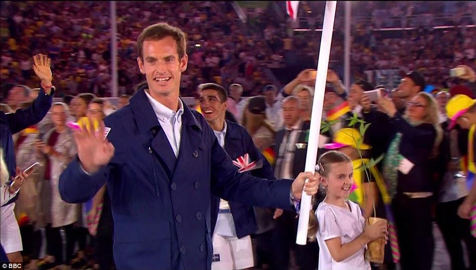 Murray acenou para a multidão como ele conduziu a equipe olímpica britânica através do estádio na acolhedora dos atletas