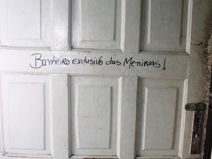 Letreiro indica 'banheiro exclusivo das meninas' em prostíbulo em Ferraz (Foto: Mariana Oliveira/ Prefeitura de Ferraz de Vasconcelos)