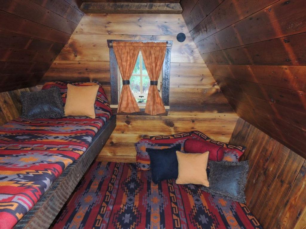 Minúsculas casinhas de madeira recuperada que parecem retiradas de páginas de contos infantis 05