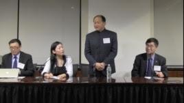 周志兴(立者),共识网执行长;左一为杨恒均,网络活跃人士 (美中关系全国委员会提供)